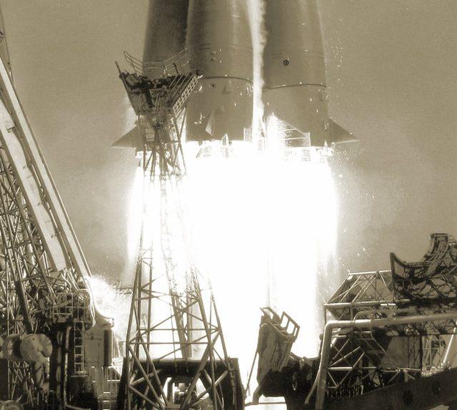 Yuri Gagarin'i yörüngeye fırlatan roketin egzoz alevlerinin yakından görünümü
