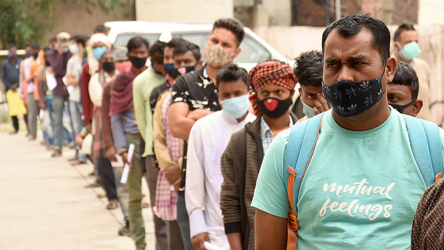 Keşmir'de Covid testi için sıraya giren insanlar