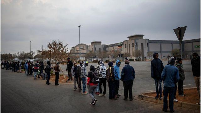 Güney Afrika'da alkol ve sigara yasağının kalktığı gün mağazalar önünde uzun kuyruklar oluştu