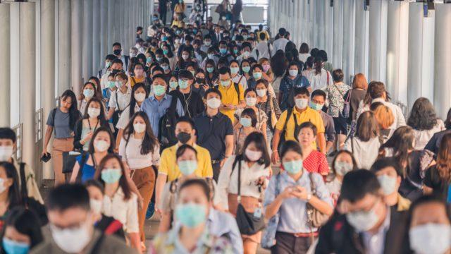 maskeli kalabalıklar