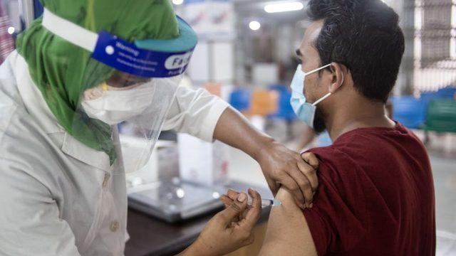 Aşı sıkıntısı, özellikle bağışlara bağımlı Bangladeş gibi ülkelerde hissediliyor.