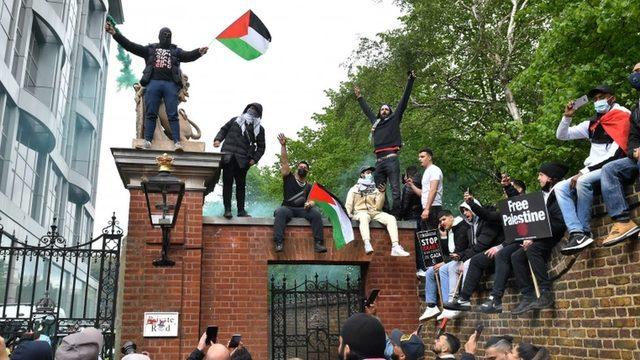 Bazı protestocular İsrail Büyükelçiliği yakınlarındaki bir duvara çıktı