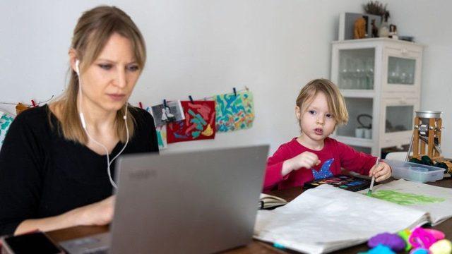 Avrupa'da pandemi sırasında evden çalışan annelerin tecrübeleri ülkeden ülkeye göre değişti.
