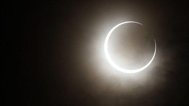 Halkalı Güneş tutulmasında Ay Güneş'i tam olarak kapatamaz ve halka şeklinde ışık Dünya'ya ulaşır.