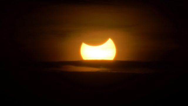 2013'ün Kasım ayında, melez Güneş tutulmasının Kenya'daki görünümü.