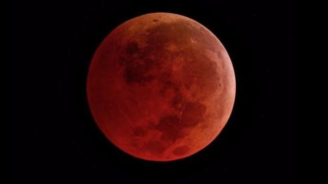 Tam Ay tutulması sırasında atmosferde filtrelenen ışıklar nedeniyle Ay kırmızı bir görünüm alır.