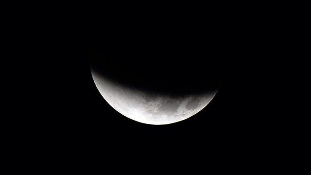 Ay tutulmaları sırasında Dünya, Güneş ile Ay arasında kalır ve Ay üzerinde Dünya'nın gölgesi oluşur.