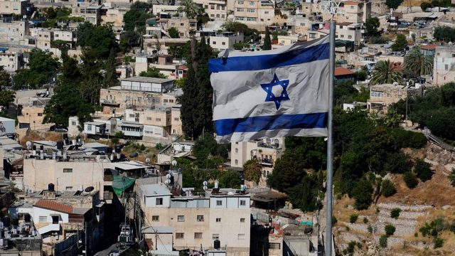 Kudüs belediye başkanı yardımcılarından biri, ailelerin kira ödememe nedeniyle tahliye edileceklerini söylüyor.