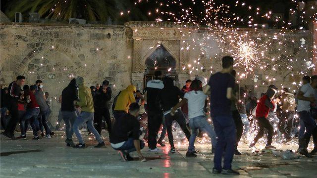 Kudüs'ün Eski Şehir bölgesindeki Mescid'i Aksa'da İsrail polisinin ses bomabsı atmasına Filistinliler tepki gösterdi