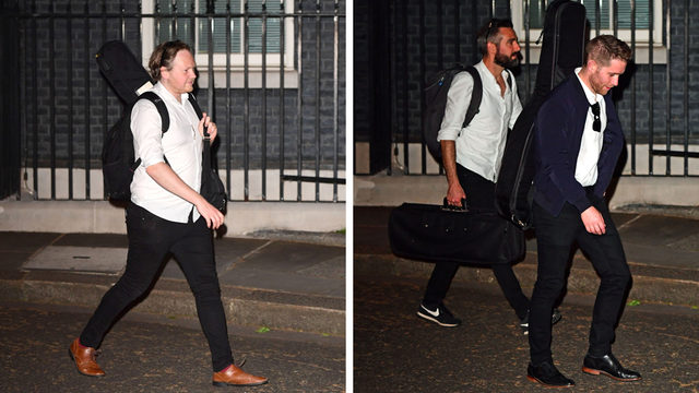 Çeşitli enstrümanlar taşıyan müzisyenlerin Cumartesi akamı Downing Street'ten ayrıldığı görüldü