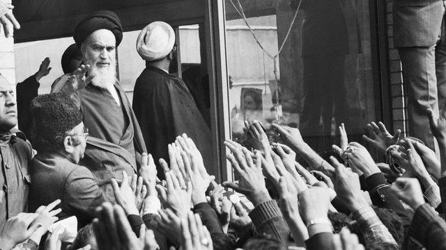 Humeyni'yi Tahran'da büyük bir kalabalık karşıladı