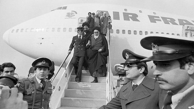 Ayetullah Humeyni 15 yılllık sürgünün ardından Fransız Hava Yolları uçağından Tahran'a inerken
