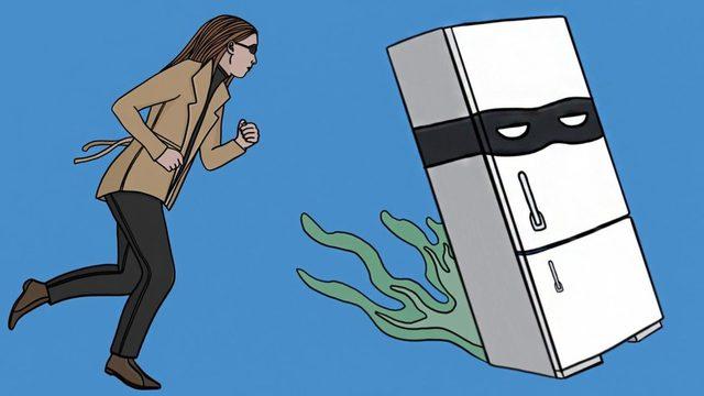 Bir kötü adam yüzü giyen bir buzdolabı kovalayan bir kadın