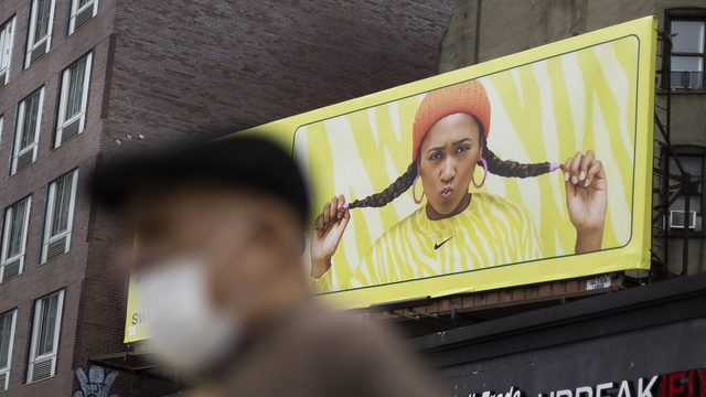Naomi Osaka'nın yüzü olduğu markanın New York'taki bir reklam panosu.