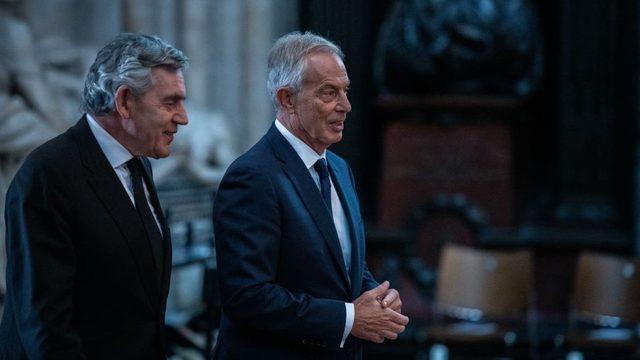 Eski İngiltere başbakanları Gordon Brown (solda) ve Tony Blair