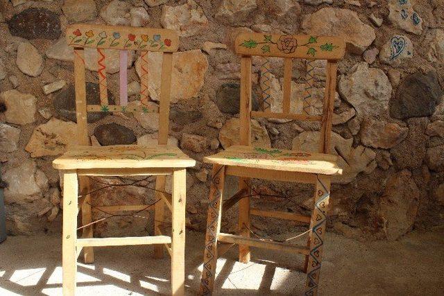 erdenin-sandalyelerle-basladigi-resimler-duvarlara-tasti