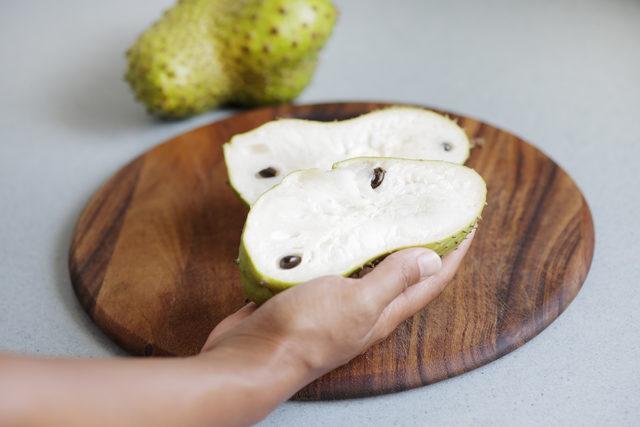 Kemoterapi ilaçlarına oranla on bin kat daha etkili meyve: Tarçın elması (graviola)