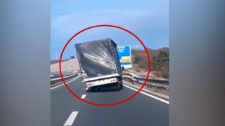 Rüzgarın şekilden şekle soktuğu kamyon
