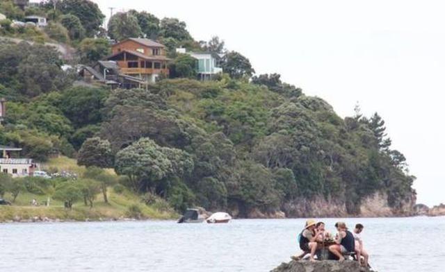 Sahilde alkol yasağını kumdan adayla deldiler 37