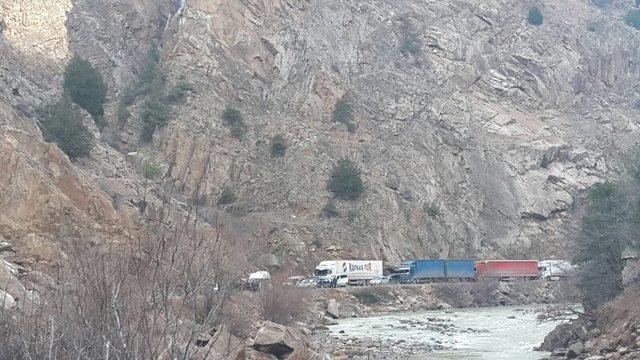 Artvin-Ardahan Karayolu'nda heyelan