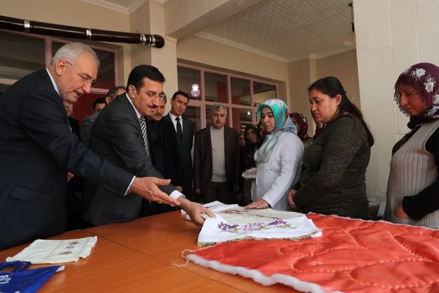 Bakan Tüfenkci kadın çiftçilere sertifikalarını verdi