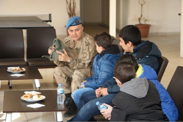 Jandarma, kanseri yenen çocukları ağırladı