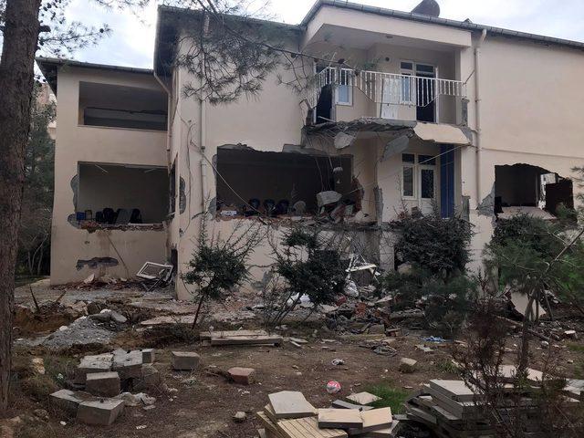 Caminin silüetini bozduğu iddiasıyla müftülük binasını kepçeyle yıkmaya kalktı