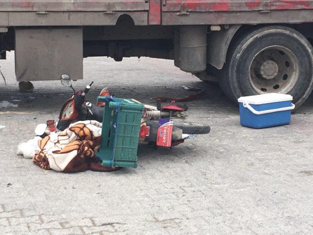 Kamyon altında kalan bisikletli öldü