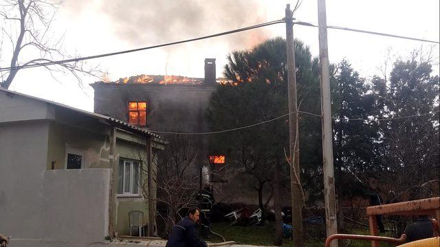 Bayramiç'te köylülerin yardımıyla geçinen felçli kadının evi yandı