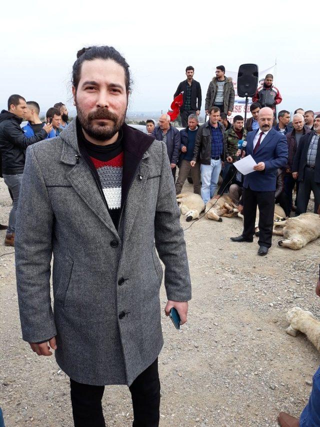 Ülkücüler Mehmetçiğe destek için sınırda