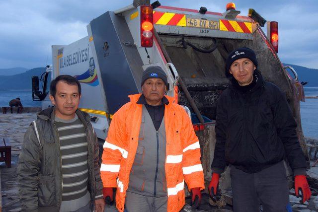 Gündüz muhtar, gece çöp kamyonu şoförü