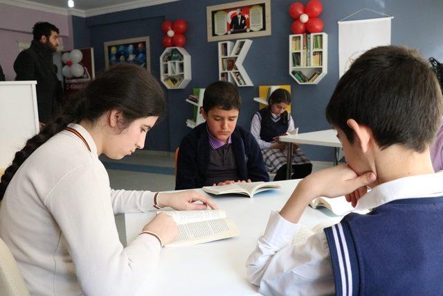 Okul müdürü odasını kütüphane yaptı
