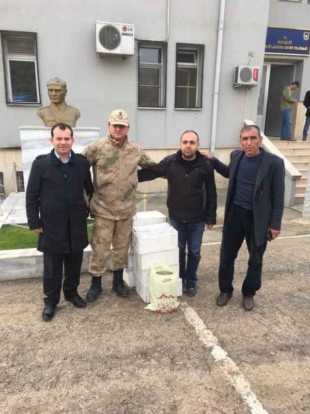 Sason'da Mehmetçik için hazırlanan bal ve cevizli sucuk karakola teslim edildi
