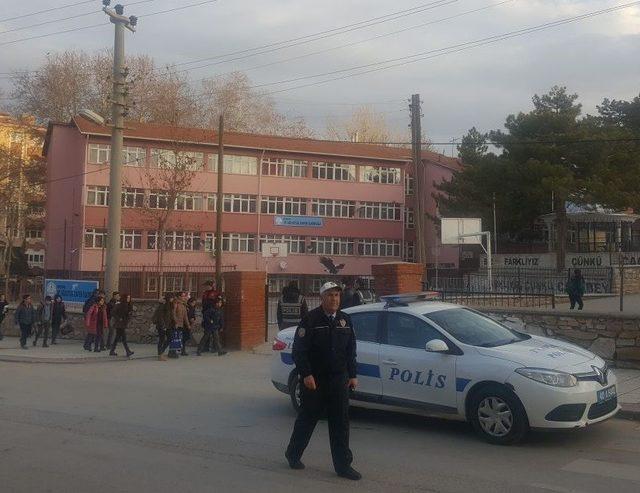 Polis, okul çevrelerinde uygulama yaptı