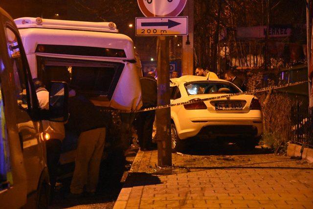 Otomobil, park halindeki minibüslere çarptı: 2 ölü