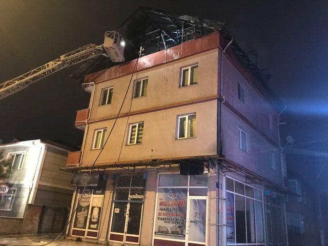 Çıkan yangında çatı kullanılmaz hale geldi