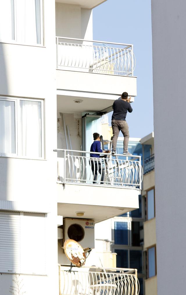 Balkon demirinde ölüme meydan okuyan çalışma