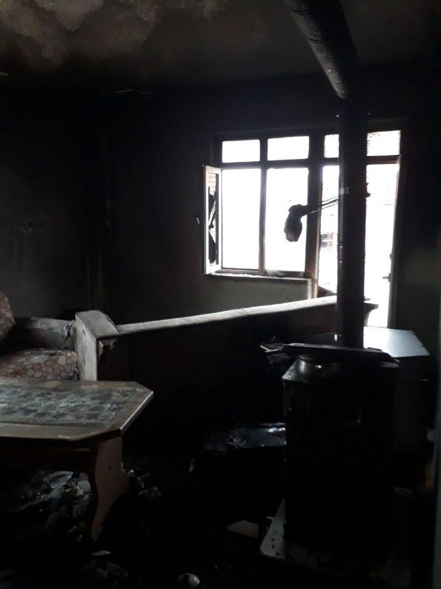 Bilecik'te ev yangını, 2 kişi yaralandı