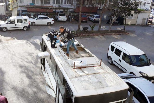 Midibüsün havalandırma bölümünden 60 kilo esrar çıktı