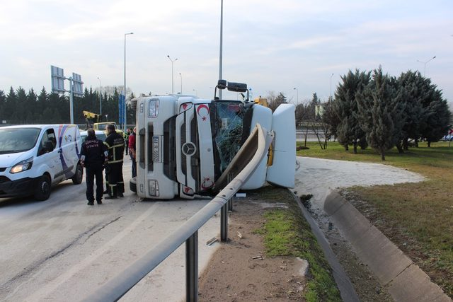 Kum yüklü kamyon virajda devrildi: 1 yaralı