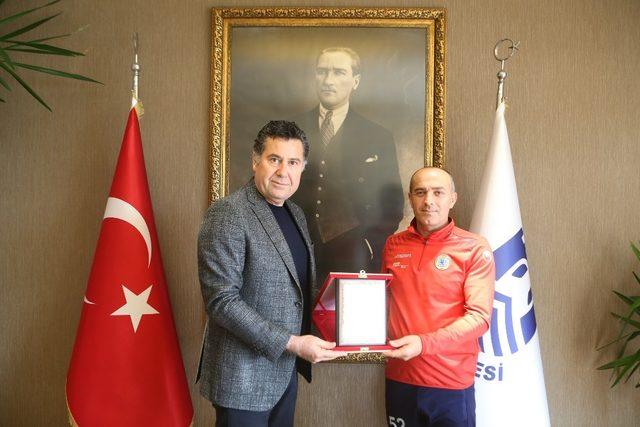 Başkan Kocadon'dan örnek sporcuya plaket
