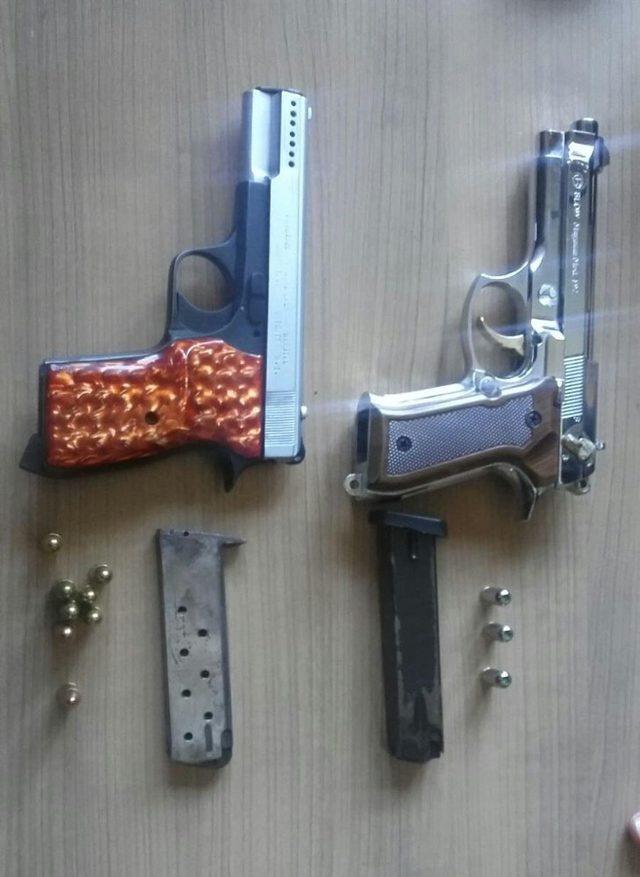 Kuşadası'nda ruhsatsız 3 silah, mermiler ve kesici aletler ele geçirildi