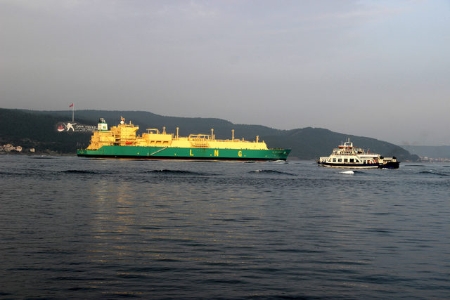 Doğal gaz tankerinin geçişi sırasında Boğaz kapatıldı