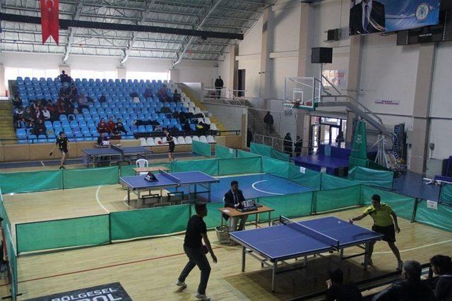 Erzincan'da gençler masa tenisi müsabakaları başladı