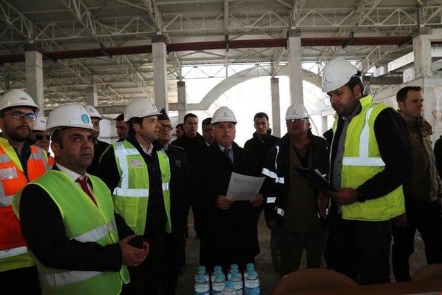 Vali Yıldırım, havaalanı inşaatında incelemelerde bulundu