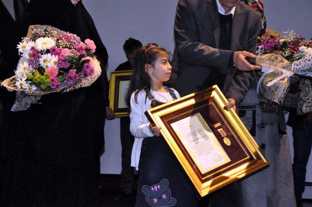 Kendisi 10 aylıkken şehit olan babasının madalyasını aldı