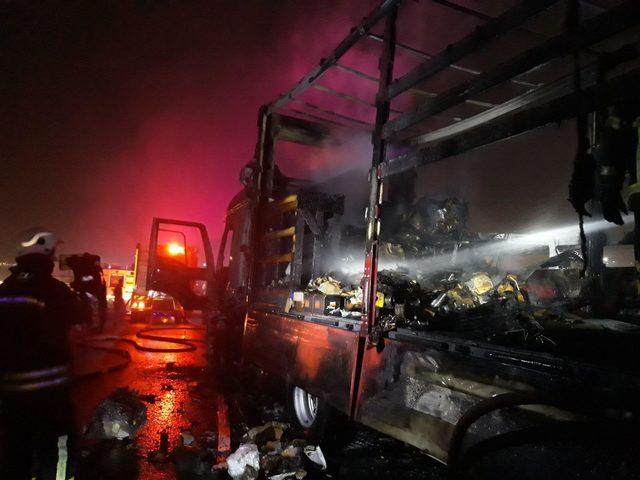 Otomobil parçası taşıyan TIR alev alev yandı