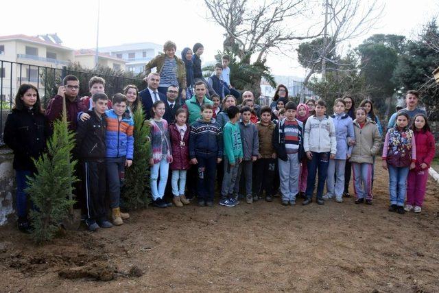 Aliağa'da okul bahçeleri yeşilleniyor