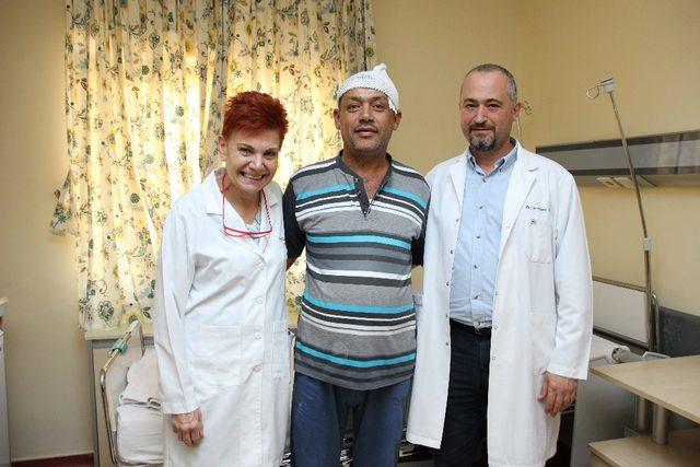 Adana'da konuşa konuşa beyin ameliyatı