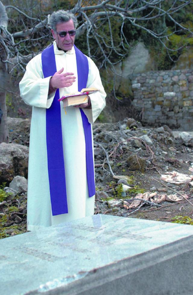 Kilise bahçesinde bulunup patlayıcı sanılan cisim meşale çıktı